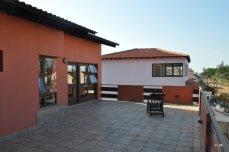 La terrasse du 2ème pour profiter de la fraicheur du soir, et derrière une maison neuve, bientôt occupée par des chinois :(