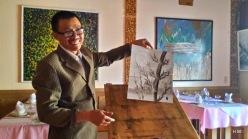 Au New Modern Art Café, peinture au doigt par le patron...