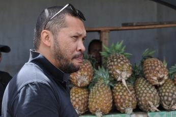 Anja nous fait goûter les ananas locaux, délicieux